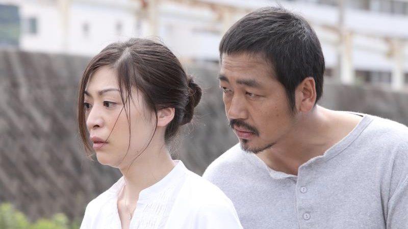 映画『捨てがたき人々』狸穴勇介役の大森南朋と吉田和江役の内田慈