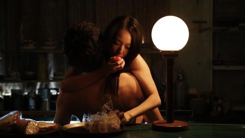 映画『風に濡れた女』セックスをしながら食事をする間宮夕貴