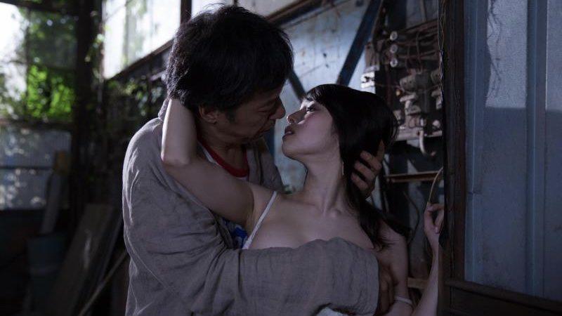 映画『ジムノペディに乱れる』古谷慎二役の板尾創路と安里役の岡村いずみ