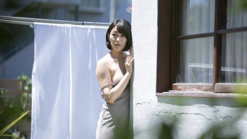 映画『ジムノペディに乱れる』乳首を出しながら誘惑する古谷の隣人