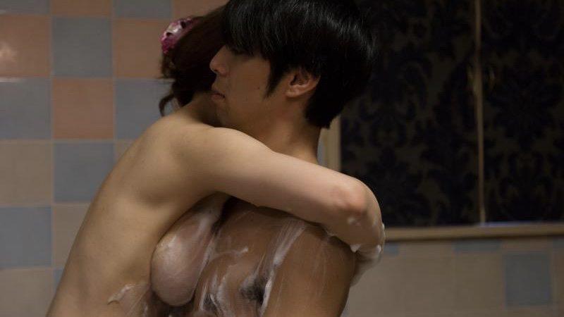 映画『どうしようもない恋の唄』藤崎里菜の乳首出しヌード