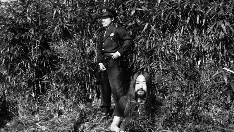 映画『変態だ』仙人役の玉手峰人と警官役の市川しんぺー
