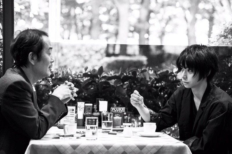 映画『銃』西川トオル役の村上虹郎とリリー・フランキー