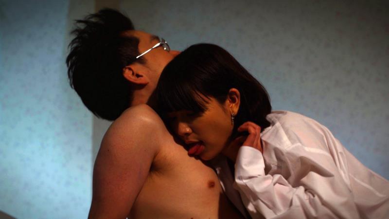 映画『くも漫。』乳首を舐める柳英里紗の濡れ場