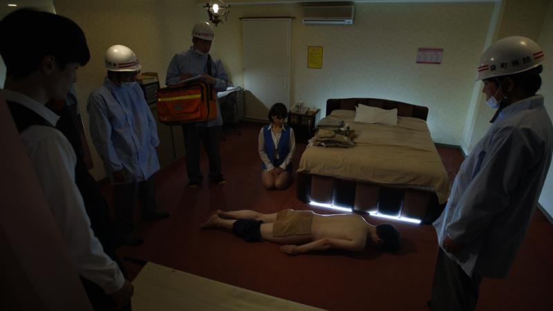 映画『くも漫。』風俗店で倒れる中川学役の脳みそ夫
