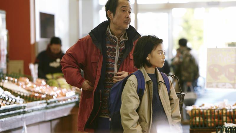映画『万引き家族』柴田治役のリリー・フランキーと柴田祥太役の城桧吏
