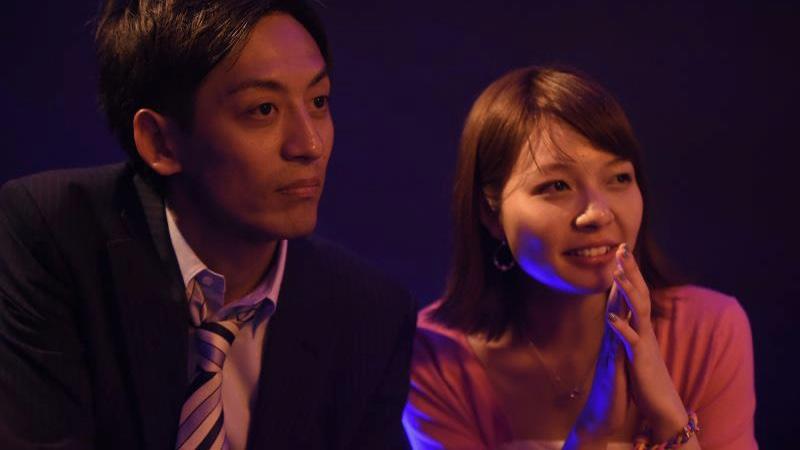 映画『牝猫たち』結依役の真上さつきと谷口役のとろサーモン村田