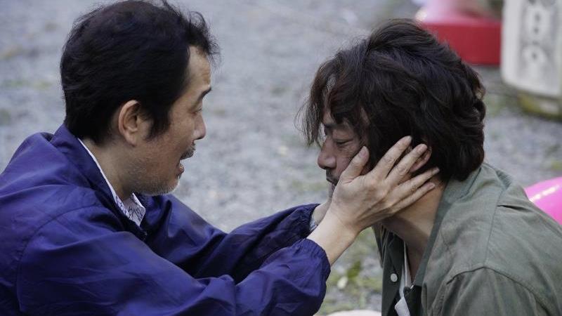 映画『凪待ち』木野本郁男役の香取慎吾と小野寺修司役のリリー・フランキー