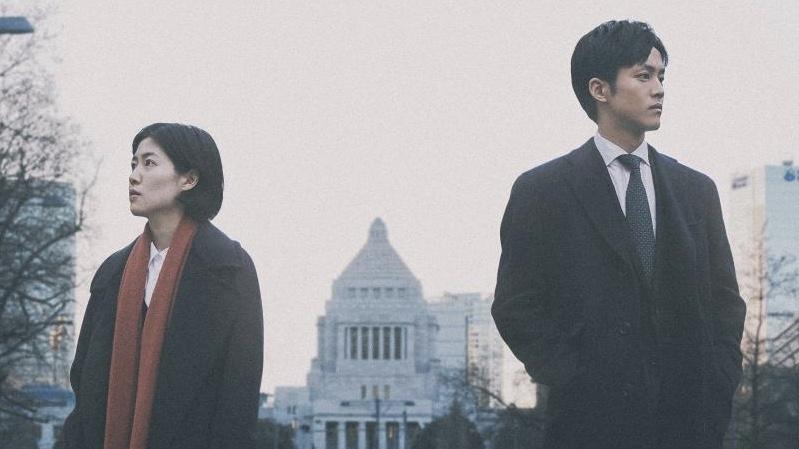 映画『新聞記者』吉岡エリカ役のシム・ウンギョンと杉原拓海役の松坂桃李